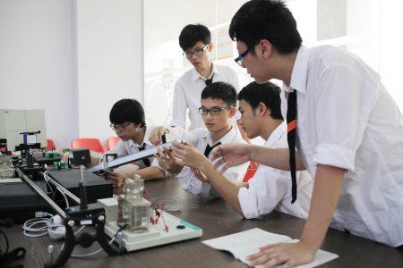 Phòng thí nghiệm của trường với đầy đủ trang thiết bị hiện đại giúp học sinh học thực hành một cách trực quan và sinh động nhất có thể.