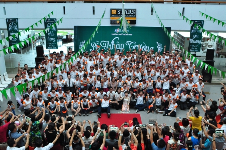 Lễ nhập trường khép lại với hình ảnh tề tựu, đông vui và âm thanh hò reo vang dội của thầy và trò Trường THPT FPT. Đông đảo phụ huynh đã ghi lại khoảnh khắc đẹp đẽ ấy.