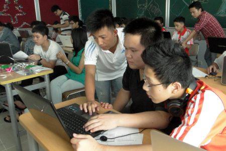 Giờ học tại lớp 10E - Khóa 1: Cán bộ IT hướng dẫn từng học sinh các kiến thức CNTT cơ bản.