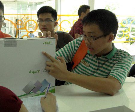 Những chiếc máy tính thuộc các nhãn hiệu: Acer, Toshiba, HP đã được trao tới các em.