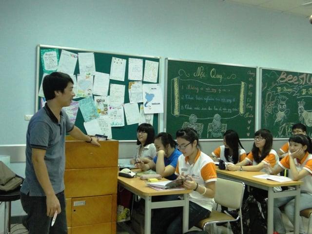 Giờ học Vật lý trở nên lý thú hơn với các bạn học sinh lớp 10 B với cách dạy trực quan của thầy giáo. Nhiều câu hỏi đã được đặt ra ngay từ tiết học đầu tiên.