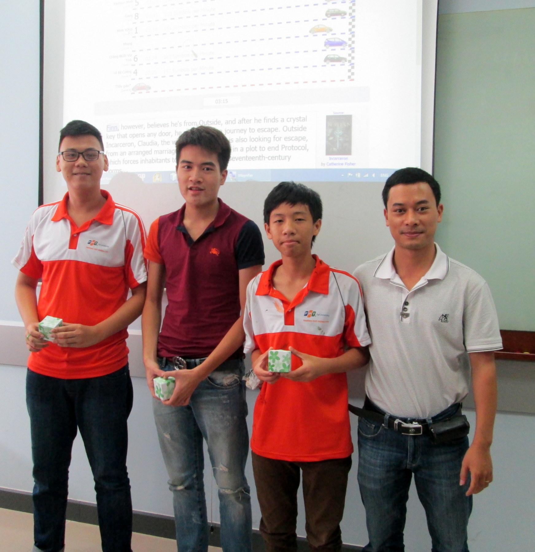 Các học sinh Quang – Lâm – Minh (học sinh lớp 10G) giành chiến thắng và nhận phần thưởng trong giờ ôn tập.