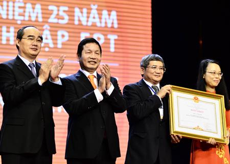 Phó Thủ tướng Nguyễn Thiện Nhân trao tặng Bằng khen của Thủ tướng cho lãnh đạo tập đoàn.