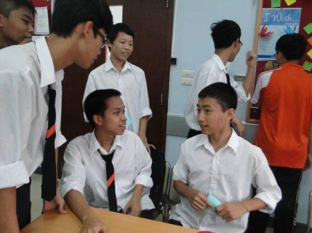 Học sinh tập chơi chứng khoán trong giờ Business