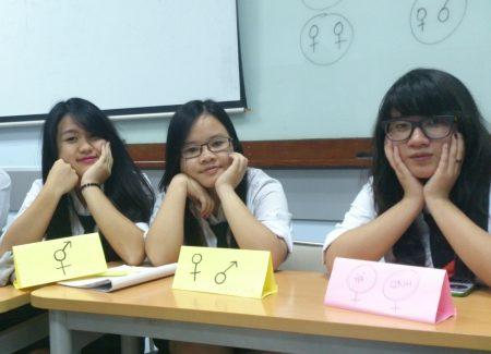 Khuất Thị Hương Thảo (ngồi giữa) cho biết, sau hai tháng là thành viên của ngôi nhà chung Fschool, có ít nhất 4 thói quen mới đã được hình thành trong bạn.