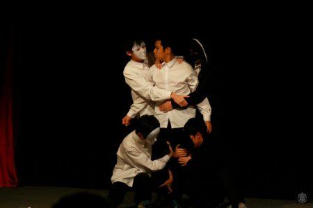 Những chiếc mặt nạ đen-trắng xuất hiện trong vở kịch làm tăng tính biểu cảm cho phần biểu diễn của lớp 10E