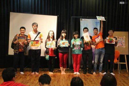 Các em đều hào hứng với những tác phẩm của mình. Tranh của các em sẽ được trưng bày trong triển lãm tranh ngay tại trường