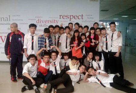 Học sinh Vũ Thị Kim Thoa (10E) cùng bạn bè của mình tại Trường Phổ thông FPT.