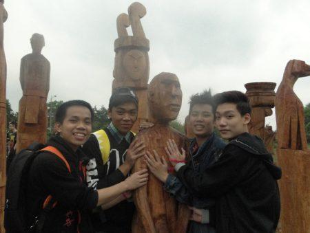 Các em thích thú với những bức tượng tại khu vườn tượng Tây Nguyên (thuộc Khu các làng dân tộc, Làng Văn hoá - Du lịch các dân tộc Việt Nam).