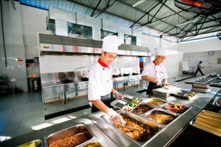 Tất cả thức ăn đều được chế biến và đựng trong các khay thực phẩm hợp vệ sinh, an toàn với sức khoẻ của học sinh.