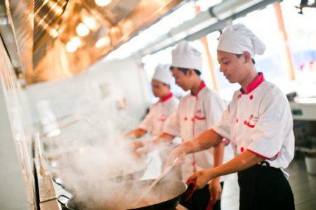 Tiêu chí an toàn vệ sinh thực phẩm luôn được nhà bếp đặt lên hàng đầu.