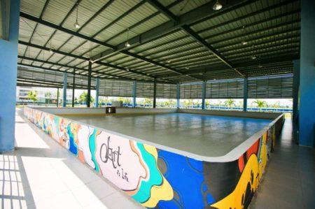 Sân trượt băng nhân tạo với tổng diện tích mặt sàn 800m2 là một trong những sân trượt băng nhân tạo đầu tiên tại Việt Nam.