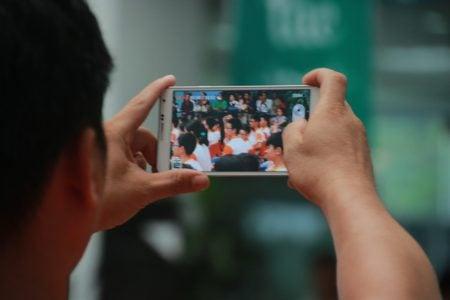 Rất nhiều phụ huynh sử dụng máy ảnh, điện thoại, Ipad… để lưu giữ lại hình ảnh của các con trong Lễ Nhập trường.