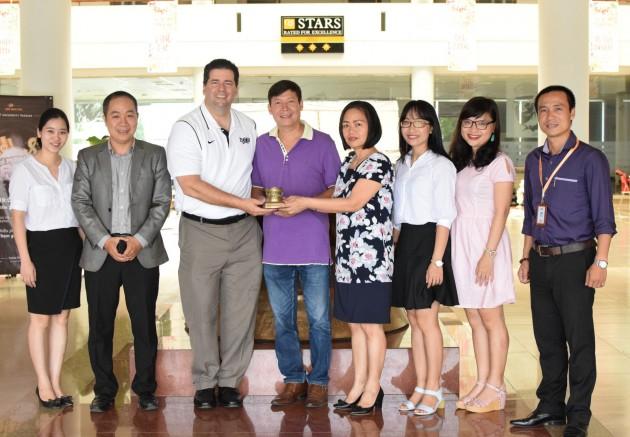 Thay mặt Ban giám hiệu, cô Nguyễn Thị Tân tặng thầy James J. Maher quà kỷ niệm của nhà trường mô hình trống đồng thu nhỏ.