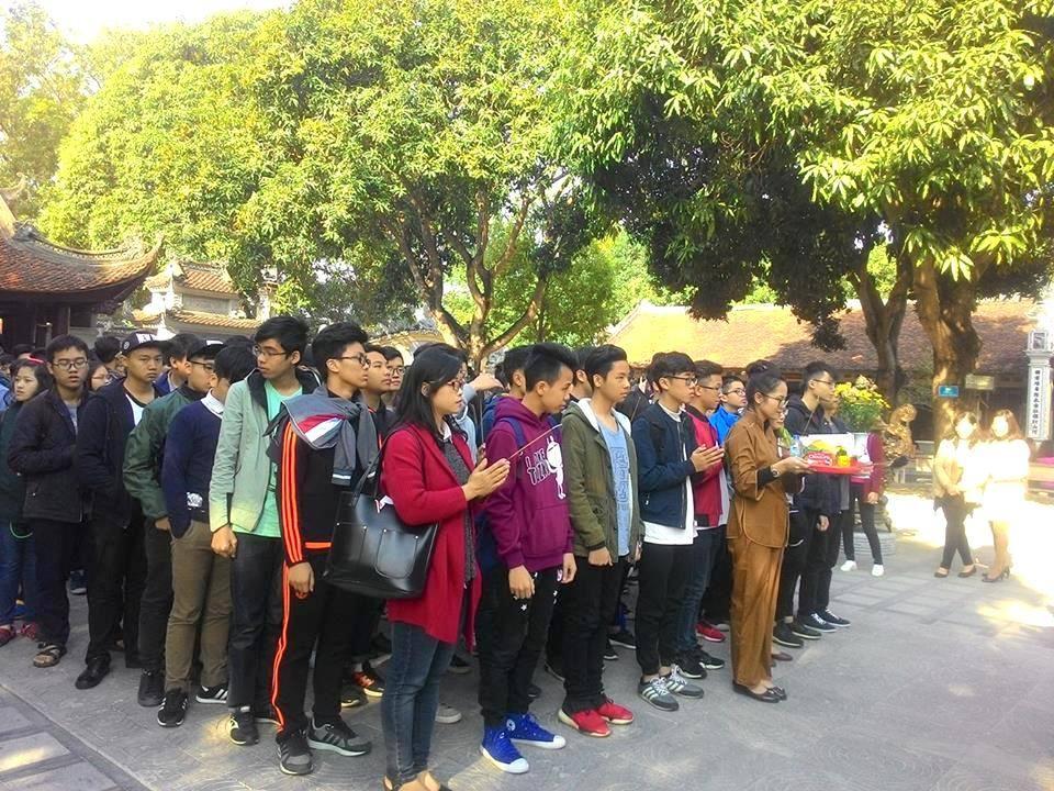 Đoàn thầy và trò FSchool chuẩn bị dâng hương tại Đền Đô