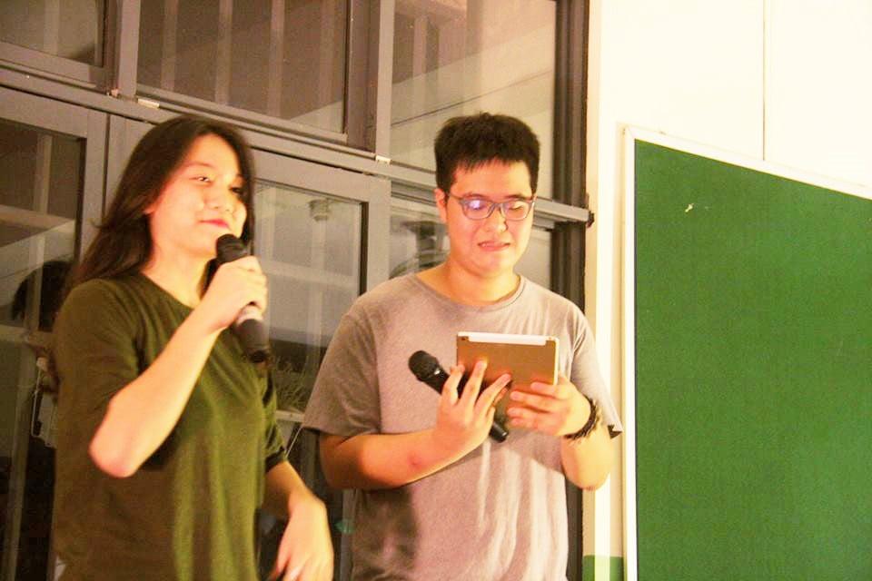 Từ phần dẫn chương trình hài hước... Ảnh: Nguyễn Minh Tuấn 11A4
