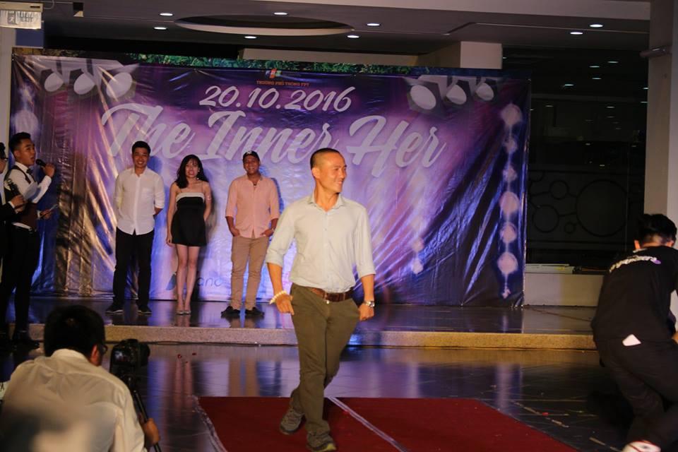 Thầy Trần Vũ Quang catwalk cực điệu nghệ trên sân khấu